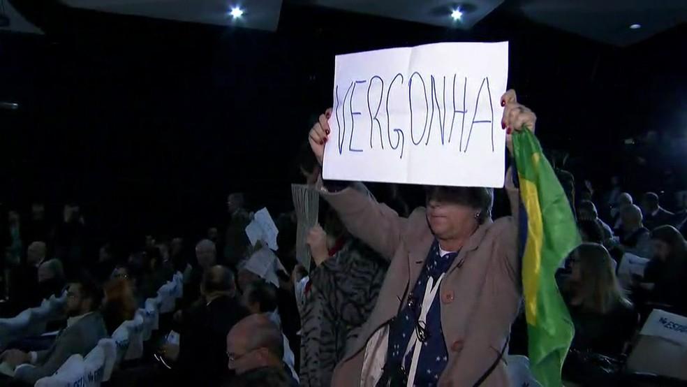Protesto em evento com Gilmar Mendes (Foto: Reprodução/TV Globo)