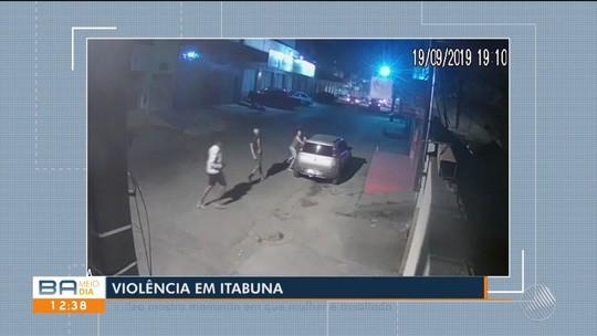 Homens roubam carro de mulher em Itabuna, na Bahia; vídeo mostra ação