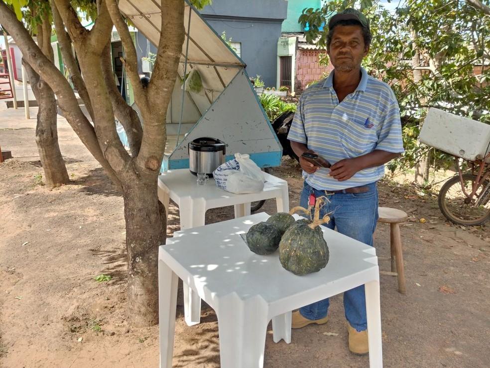 Carlito vende verduras todos os dias em Camapuã (Foto: Nedimar Dias Brandão/InfocoMS)