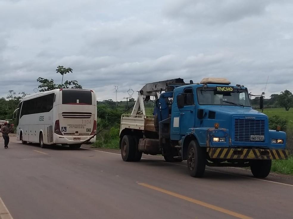 Ônibus foi guinchado após passageiros serem levados ao hospital  — Foto: Aline Vieira/G1