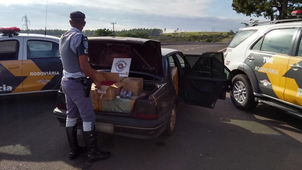 Mercadorias do Paraguai estavam em um carro abordado em Presidente Venceslau (Foto: Polícia Militar Rodoviária/Divulgação)