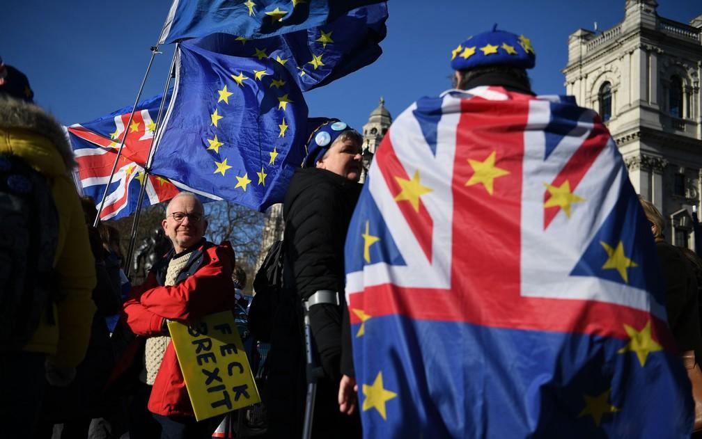 Manifestantes anti-Brexit são vistos do lado de fora do Parlamento britânico, em Londres, na quarta-feira (29), dia em que o acordo de retirada foi ratificado no Parlamento Europeu — Foto: Daniel Leal-Olivas/AFP