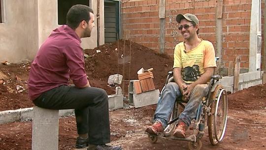 Cadeirante dribla preconceito e sustenta a família como pedreiro no interior de SP