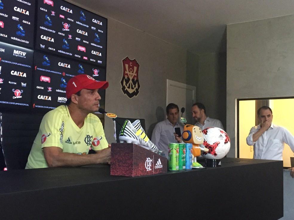 Zé na coletiva desta sexta: ao fundo, vice-presidentes e o diretor de futebol Rodrigo Caetano (Foto: Raphael Zarko)