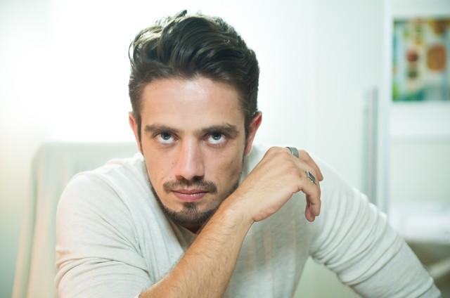 Rafael Cardoso interpreta Renato (Foto: TV Globo)