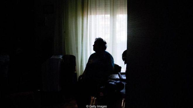 Apesar de este ser o estereótipo, os idosos não são parte do grupo que mais se identifica como solitário (Foto: Getty Images)