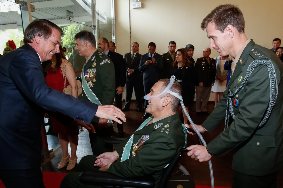 Bolsonaro cumprimentou o ex-comandante do Exército Eduardo Villas Bôas nesta sexta-feira (11), na cerimônia de troca do comando — Foto: Marcos Corrêa/PR