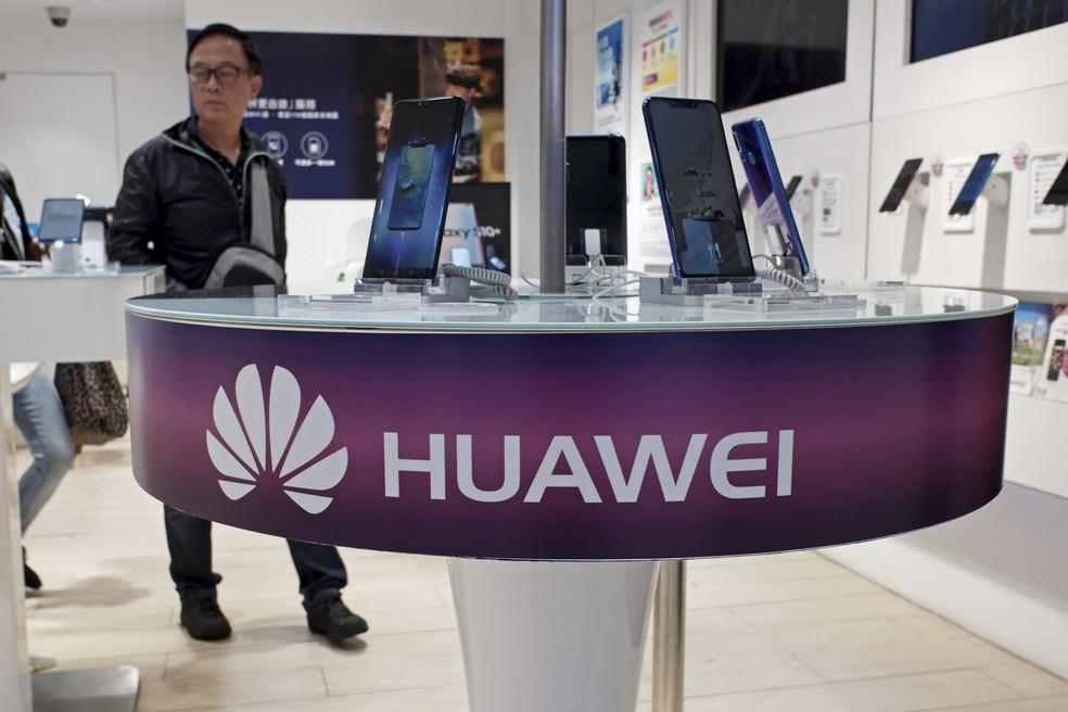 Celulares da Huawei são exibidos em uma loja de serviços de telecomunicações em Hong Kong — Foto: Kin Cheung/AP