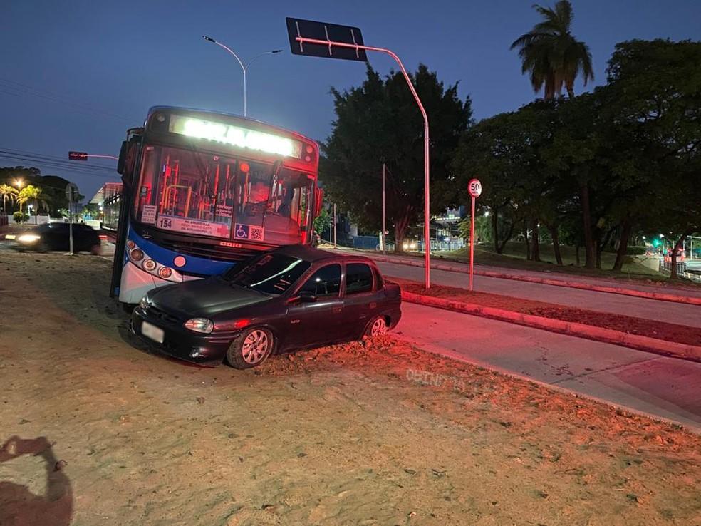 Segundo a Guarda, motorista de um Corsa teria avançado o sinal vermelho — Foto: Daniel Mafra/ EPTV
