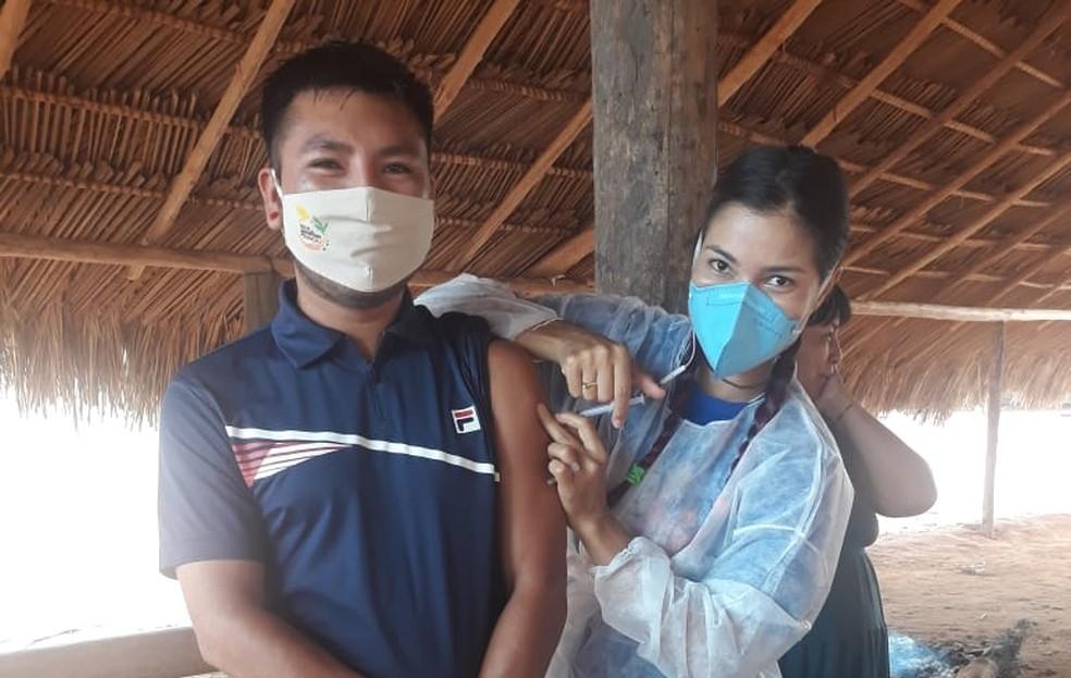 Oreme Ikpeng toma dose de vacina contra a Covid-19 — Foto: Arquivo Pessoal
