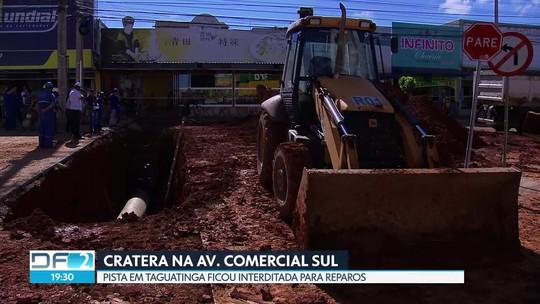 Cratera deixa trânsito interditado na comercial sul em Taguatinga