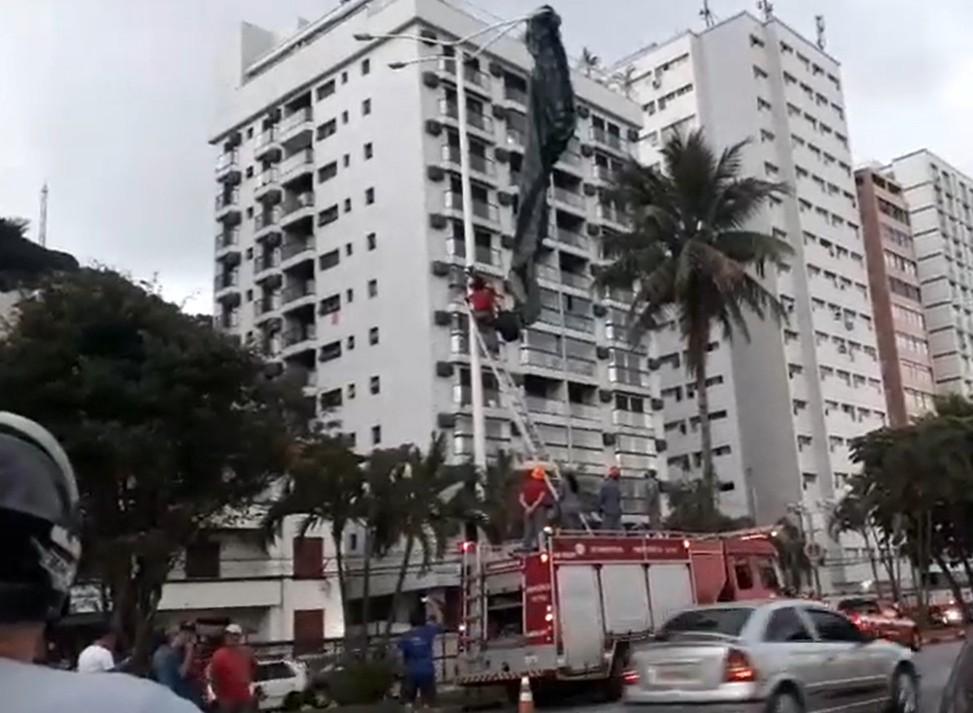Piloto de paraglider fica preso em poste ao tentar pousar em São Vicente, SP