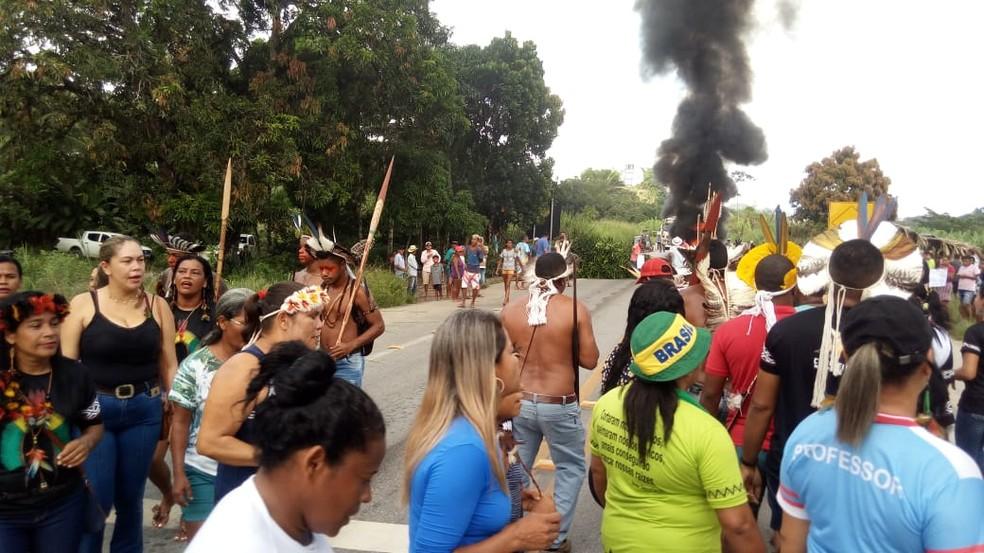 Índios cantaram e dançaram na rodovia  — Foto: Igor Freitas/Arquivo Pessoal