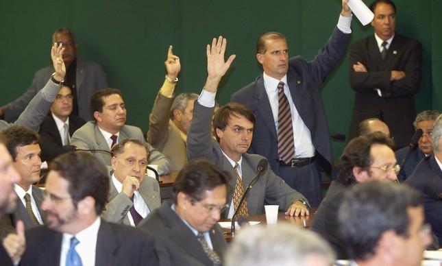 O então deputado Jair Bolsonaro vota contra Estatuto do Desarmamento, em 2003, ao lado de Onyx Lorenzoni