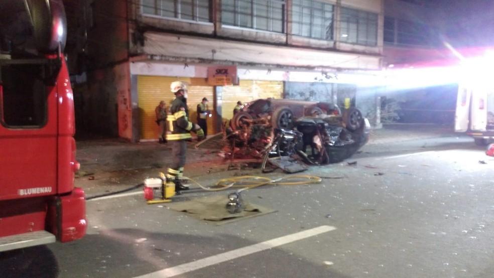 Vídeo mostra carros em alta velocidade antes de acidente que deixou jovem morto em Blumenau