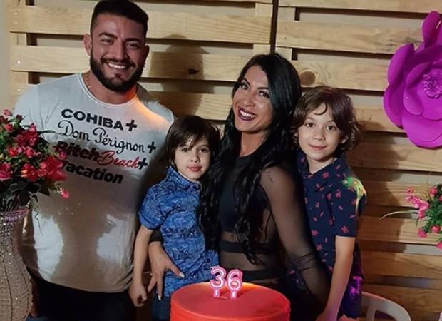 Priscila Pires festeja com os filhos e o atual namorado, João Reis (Foto: Reprodução/Instagram)