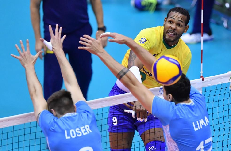 Leal foi peça decisiva no ataque, inclusive fechando o jogo com um bale ace — Foto: Divulgação / FIVB