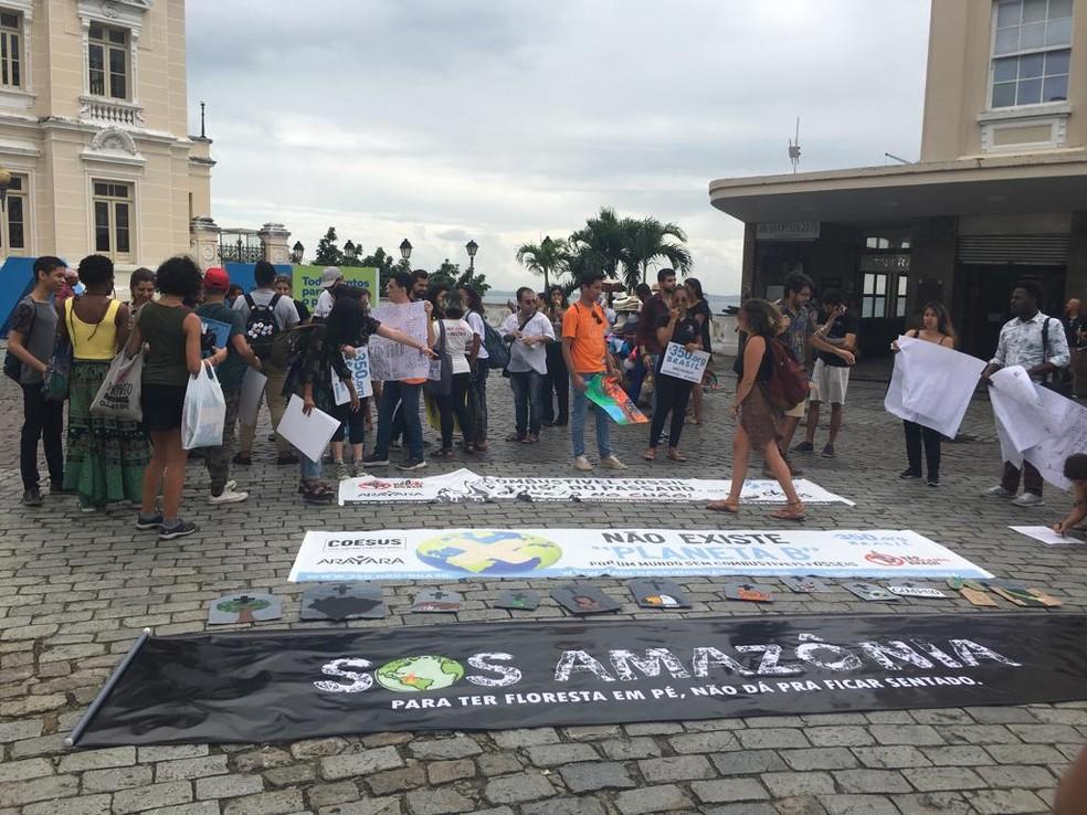 Grupo fez protesto contra desmatamento na Amazônia, nesta sexta-feira (23), em Salvador — Foto: Isabela Cardoso/ G1