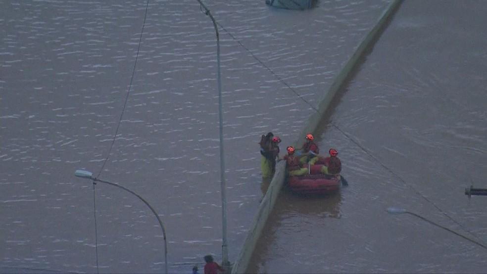 Mulher é resgatada de bote em alagamento na zona Sul de São Paulo — Foto: Reprodução/TV Globo