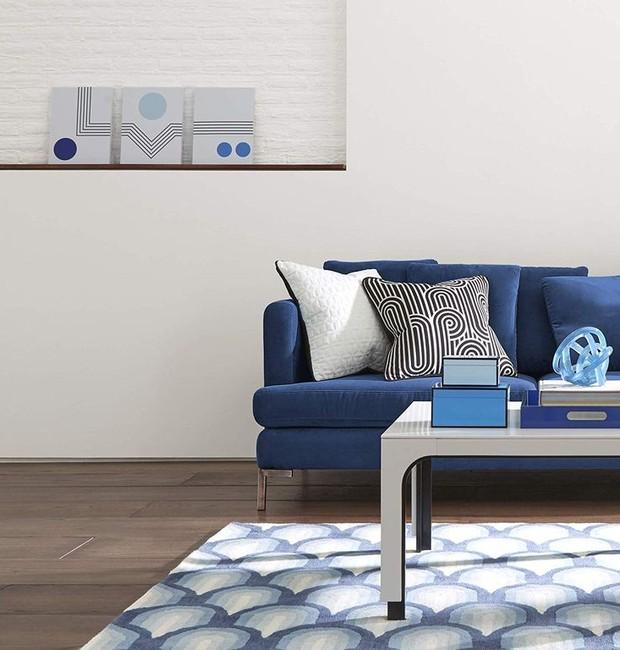 O tapete Edie Collection e o quadro Mood Lines ficam ótimos em uma sala que segue uma paleta azul (Foto: Amazon/ Reprodução)