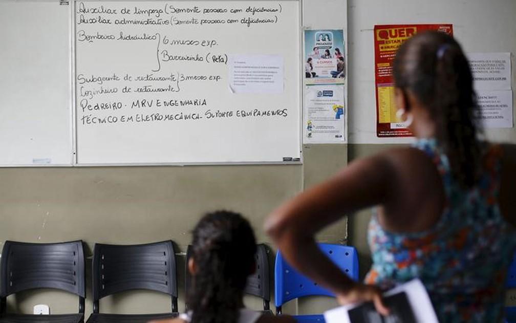 Mulheres sem emprego observam quadro com vagas de trabalho em Itaboraí (RJ). — Foto: REUTERS/Ricardo Moraes