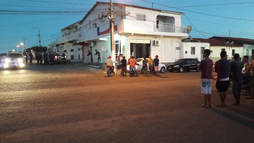 A ação criminosa atraiu curiosos no entorno da agência bancária. — Foto: Foto: Albedio Sales Machado/Arquivo pessoal