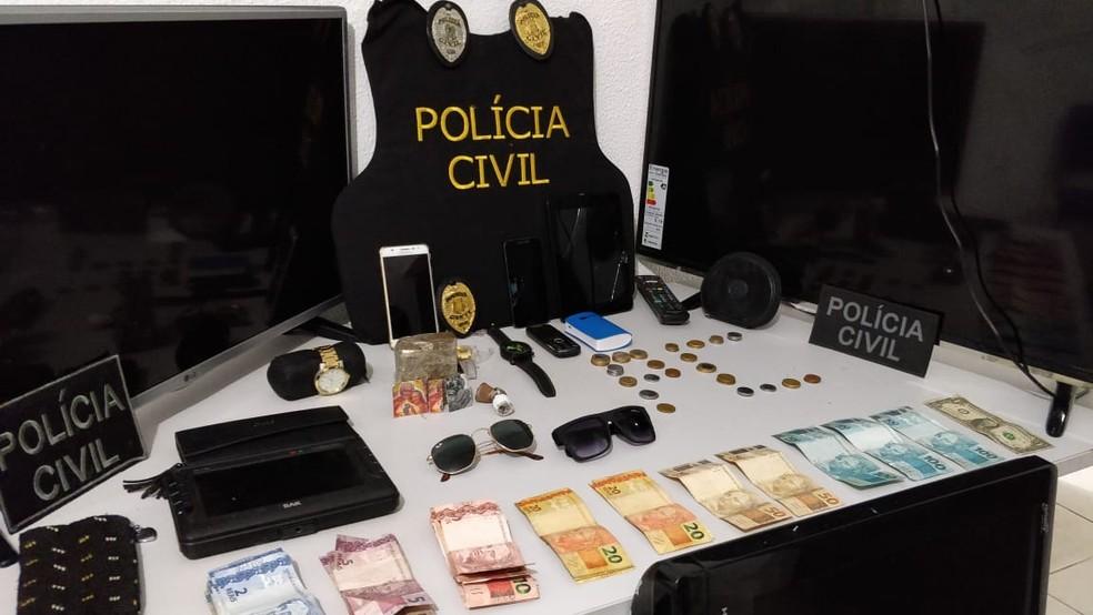 Polícia apreendeu drogas, dinheiro e objetos que tinham sido roubados. (Foto: Divulgação/Polícia Civil do Piauí)