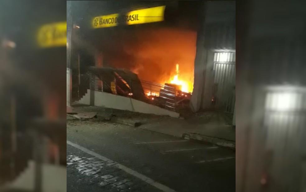 Incêndio em agência do Banco do Brasil de Ipameri, em Goiás, nesta terça-feira (8), após série de ataques criminosos (Foto: Reprodução/TV Anhanguera)