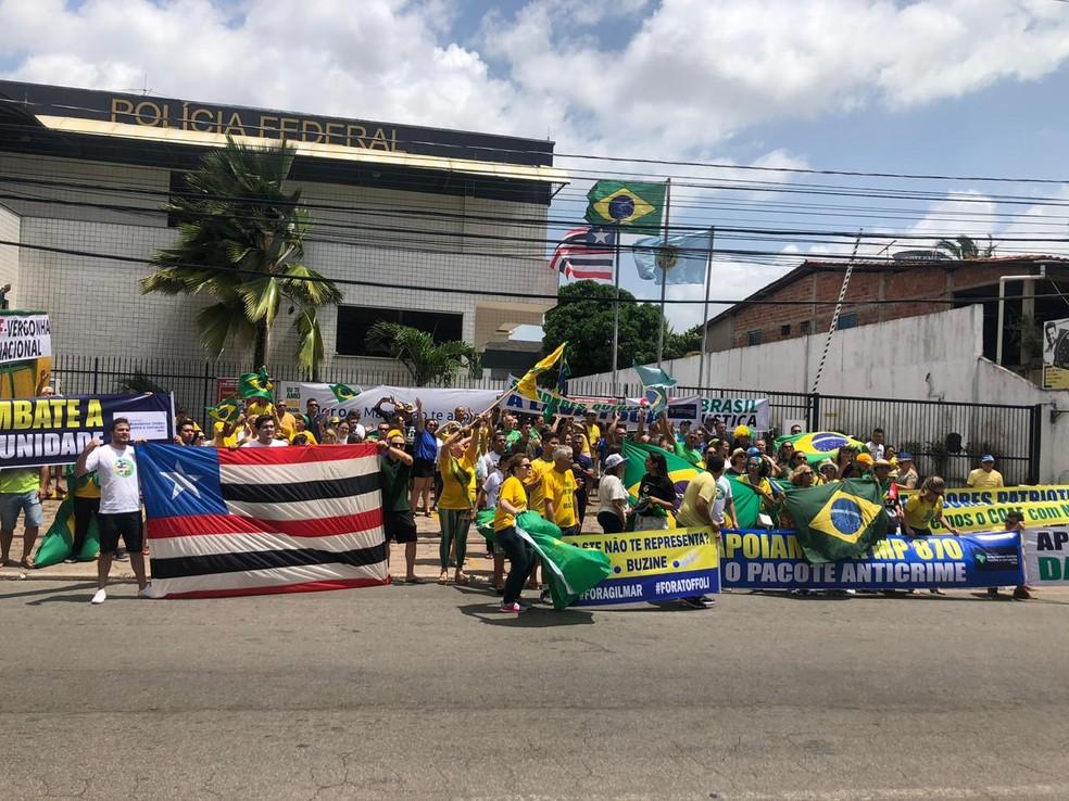 SÃO LUÍS, 11h30 - Manifestantes se concentram em frente a sede da Polícia Federal em São Luís em apoio ao governo Bolsonaro — Foto: Jessica Melo/TV Mirante