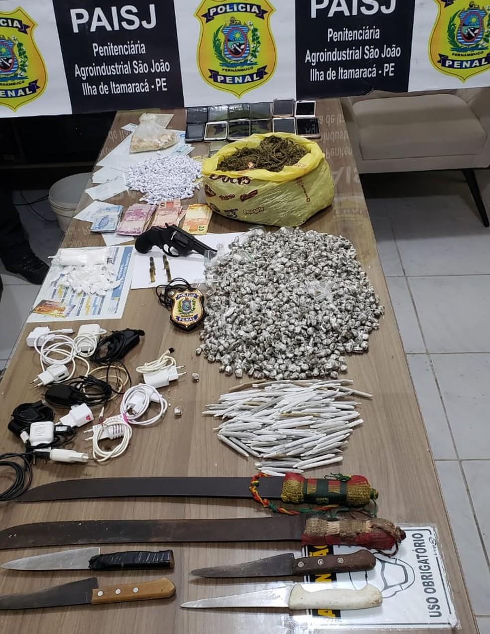 Revólver calibre 38, munições, drogas e facões foram apreendidos em penitenciária, em Itamaracá, no Grande Recife — Foto: Seres/Divulgação
