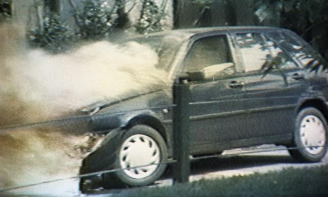 Fiat Tipo pegou fogo e foi consumido pelas chamas no condomínio Novo Leblon, na Barra da Tijuca, Zona Oeste do Rio