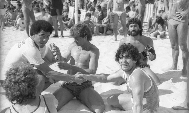Maradona com Edinho e Jairzinho, num torneio de futevôlei na Praia de Copacabana