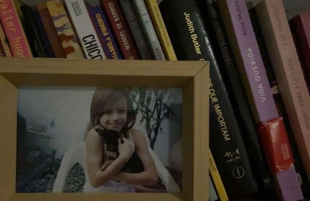 Detalhe da decoração da estante de livro com uma foto da atriz quando criança (Foto: Reprodução)