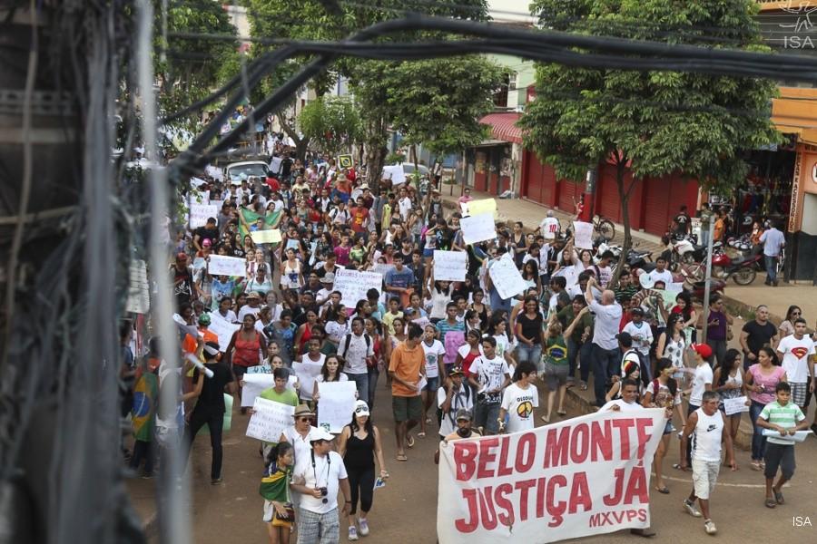 O povo de Altamira sofre até hoje as consequências do licenciamento ambiental fraudulento de Belo Monte. (Foto: Letícia Leite / Instituto Socioambiental)