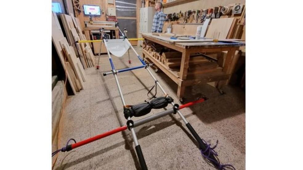 Desta vez, Gabriel escalará o vulcão auxiliado por um dispositivo que imita muletas de reabilitação — Foto: PROYECTO PANZER/BBC