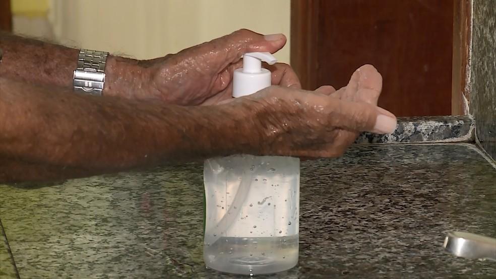 Álcool gel é meio de prevenção do coronavírus — Foto: Reprodução/TV Integração