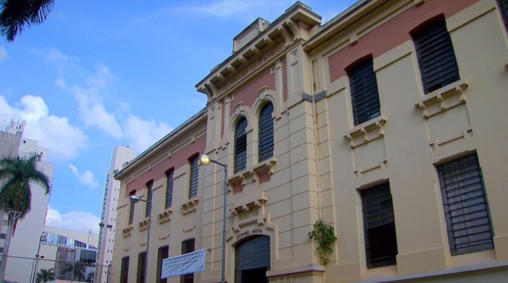 Escola Estadual Otoniel Mota é uma das unidades que contam com bibliotecas em Ribeirão Preto — Foto: Chico Escolano/EPTV/Arquivo