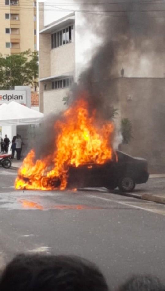 Carro pega fogo ao sair de estacionamento no Centro de Teresina