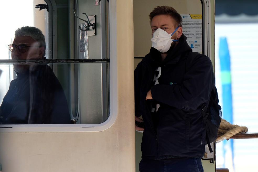 Um homem é visto utilizando uma máscara de proteção em Veneza, na Itália, neste domingo (15) — Foto: Manuel Silvestri/Reuters