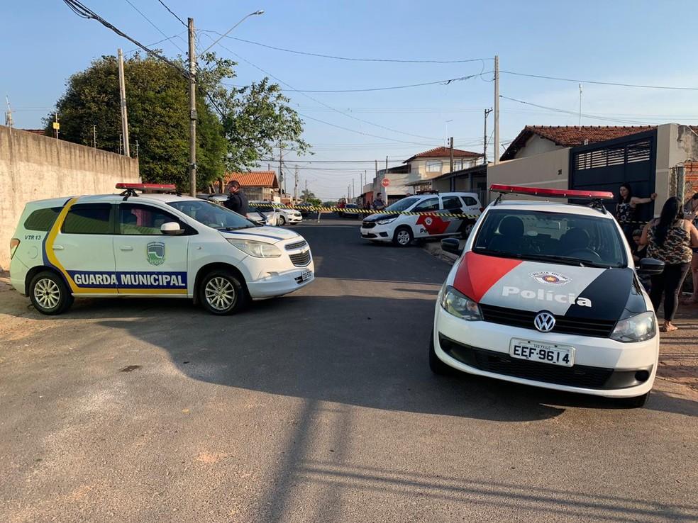 Local do crime foi isolado pela Polícia Militar e Guarda Municipal de Botucatu  — Foto: Acontece Botucatu / Divulgação