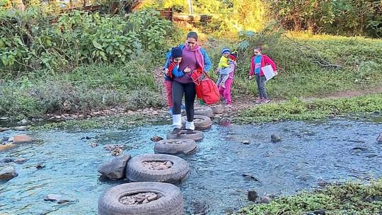 Falta de pontes destruídas pela chuva obriga moradores a atravessar rios em Santa Maria