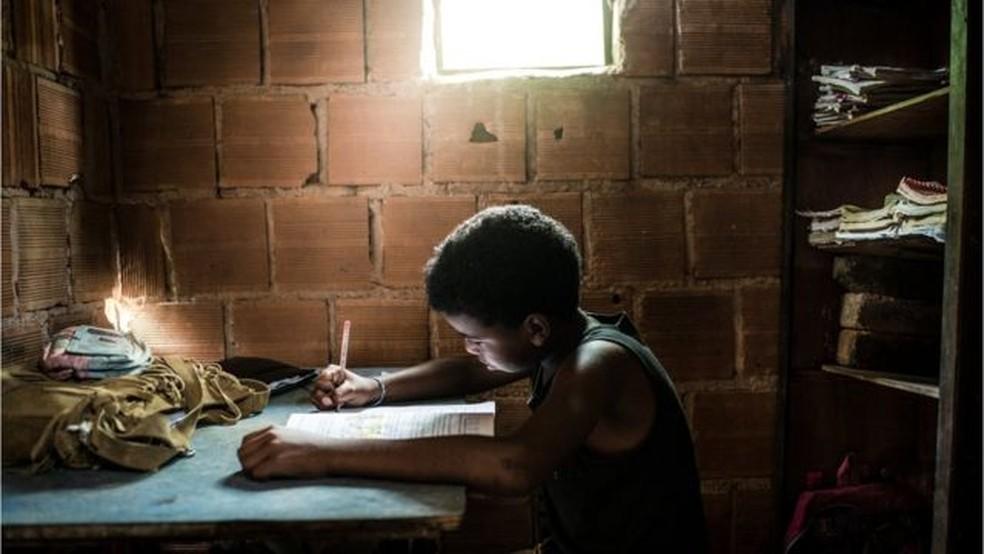 Bolsa Família, salário mínimo e maior acesso à educação levaram à redução da pobreza no Brasil até 2014 — Foto: IGOR ALECSANDER/GETTY IMAGES