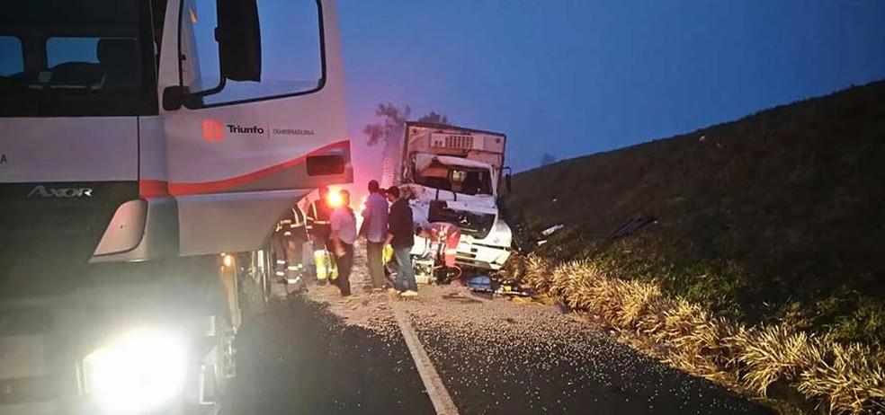 Passageiro morre após acidente  envolvendo dois caminhões na BR-153 (Foto: Arquivo Pessoal)