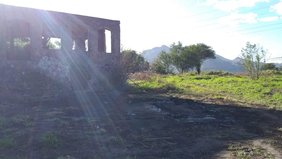 Local onde mulher incendiou carro de amante fica com vegetação queimada, na Serra  — Foto: Kaique Dias/ TV Gazeta