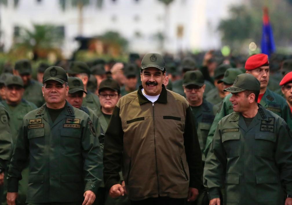 Presidente da Venezuela, Nicolás Maduro, participa de marcha acompanhado do ministro da Defesa, general Vladimir Padrino Lopez (esquerda), e pelo Comandante de Operações Estratégicas, Remigio Ceballos. Imagem de 2 de maio  — Foto: Jhonn Zerpa / Miraflores Assessoria de Imprensa via AP