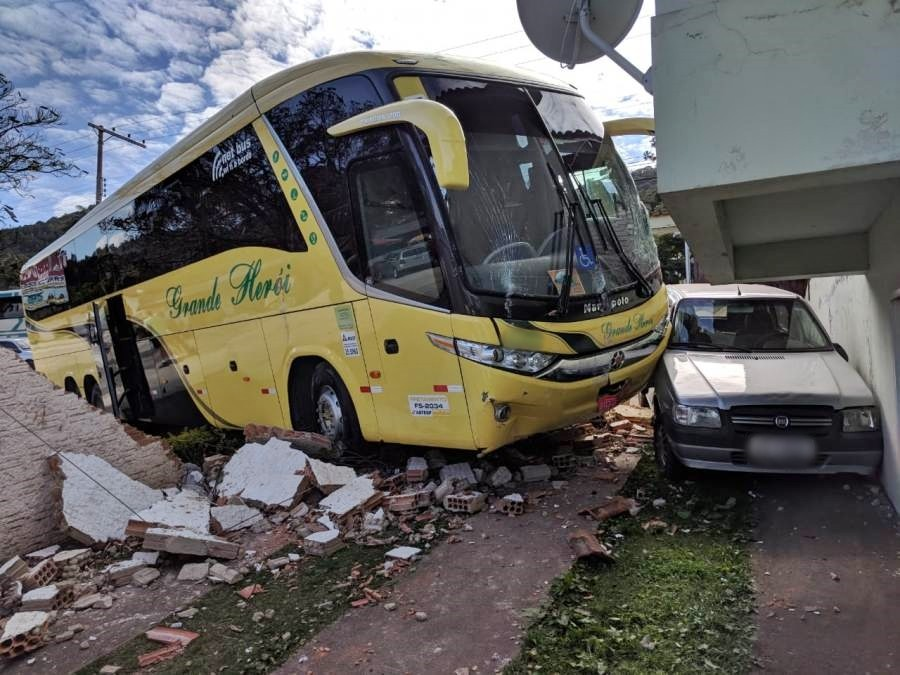 Ônibus de turismo atinge muro e invade garagem de casa em Poços de Caldas, MG