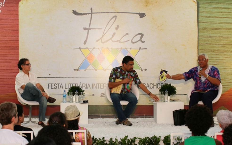 João José Reis, Jorge Portugal e Jaime Sodré durante mesa na Festa Literária Internacional de Cachoeira, na Bahia, em 2012 — Foto: Divulgação