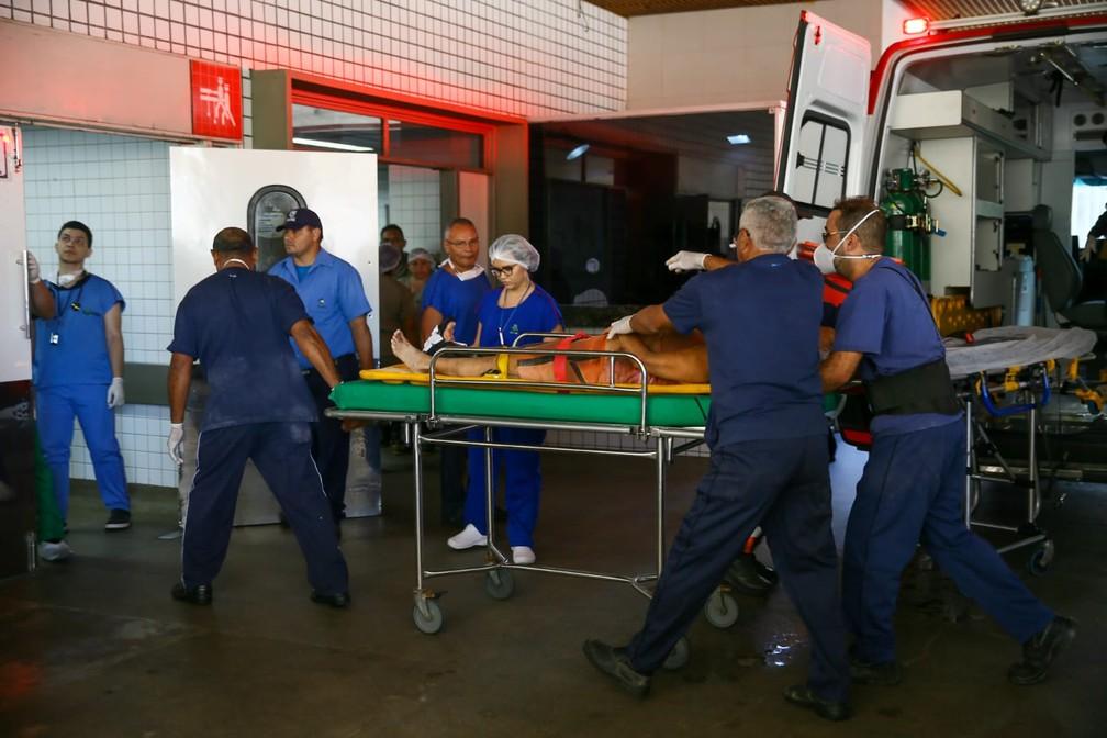Sobrevivente retirado de prédio que desabou em Fortaleza chega a hospital para receber atendimento médico — Foto: André Costa/G1
