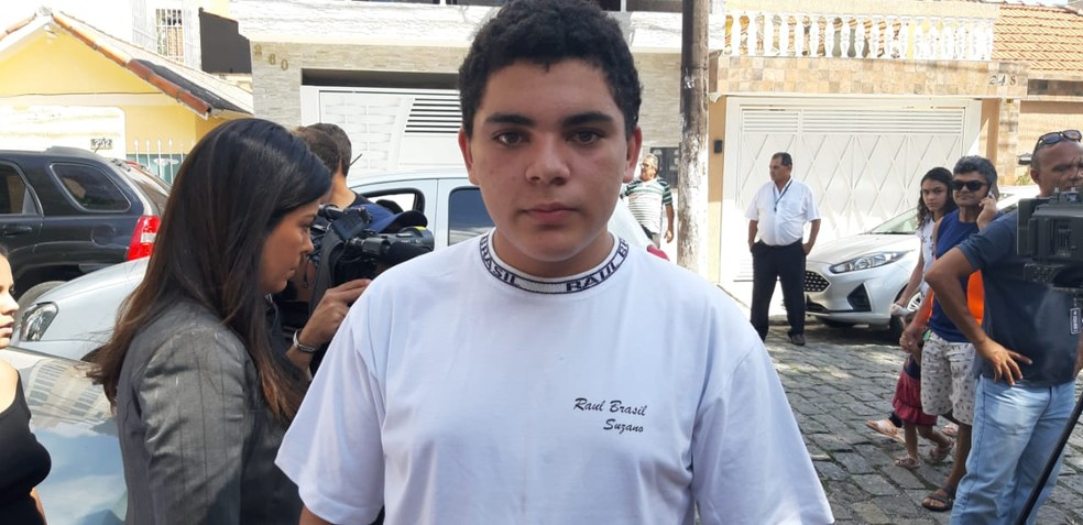 Vinícius foi de uniforme para a Escola Raul Brasil nesta segunda-feira — Foto: Maiara Barbosa/G1