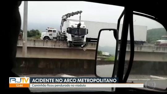 Caminhão fica pendurado após acidente no Arco Metropolitano